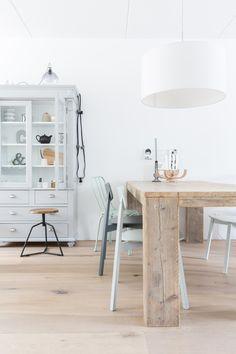 Robuuste eettafel met verschillende eetkamerstoelen in grijstinten gecombineerd met grijze vitrinekast @vtwonen | Interieurinspiratie by Via Lin interieuradvies |