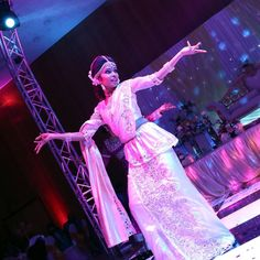 T H R O W B A C K  T H U R S D A Y  #DANCING is like #DREAMING with your feet ��  #2014 #weddingreception #kandyanbride #bridesmaids #wassanayata #firstdance #unnsiripinil #ilovetodance #akihairandmakeup #wedding #bride #tamil #tamilbride #sinhalabride #kandyansaree #ivorysaree #bridalbun http://gelinshop.com/ipost/1517006318899096559/?code=BUNfTWoAOvv