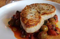 Provate a preparare il pesce spada alla siciliana: la ricetta prevede l'accostamento al pesce spada dei pomodori pelati, di una manciata di capperi e di qualche oliva, insieme ad un gambo di sedano.
