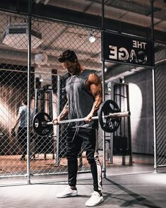 We are just starting 2018 and technology is running faster than ever. I am glad to see Men's Gym Gear helping us on our fitness journey. I am also seeing some cool modern styles of bags, clothing, and accessories for us to look good in the gym. Fitness Man, Sport Fitness, Fitness Tips, Health Fitness, Gym Gear For Men, Gym Men, Mens Gear, Workout Gear, Fun Workouts