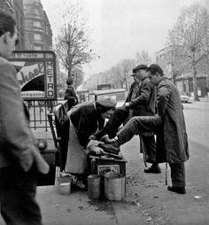 Paul Almasy - La cireuse de chaussures, Paris, 1950.