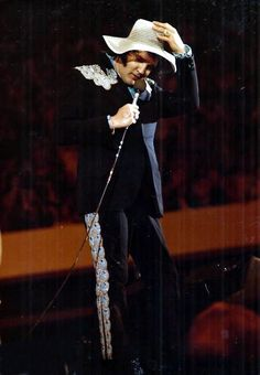Elvis in concert in Atlanta in may 1 1975 .