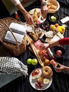 FIESTA RELAJADA - Arma tu próxima fiesta rápidamente con buena música, y claro, las carnes frías, quesos y panes de #GourmetPH. Relájate y diviértete.