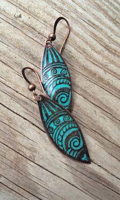 Boho Green Blue Etched Copper Earrings by Lammergeier on Etsy Enamel Jewelry, Copper Jewelry, Diy Earrings, Earrings Handmade, Terracota Jewellery, Boho Green, Rustic Jewelry, Copper Necklace, Jewelry Design