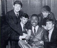 Os Beatles com Little Richard: os alunos reunidos com o mestre que tanto influenciou seu som no início da carreira - 1962