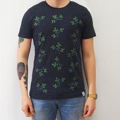 MUSTIKKA T-paita on valmistettu käyttäen ainoastaan kierrätettyjä materiaaleja. Materiaali on 60% tuotannosta ylijäänyttä kierrätettyä orgaanista puuvillaa. 10,-