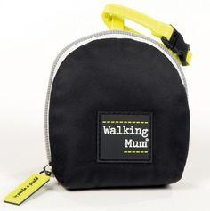 Funda de chupete de la colección Urban Baby de Walking Mum en color negro.  Ideal para guardar el chupete.  Dispone de asa con broche para poder colgarla del cochecito.  Medidas: 9X23X5 cm