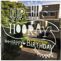 Raamtekening hoera jarig birthday gefeliciteerd handlettering