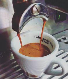 Un café espresso doble o doppio espresso . Un néctar y para mí lo mejor claro es qué un buen espresso es la base de todo Café espresso doble junto a mi amigo @barista_andino dandole forma a un evento que se viene en nuestra Merída preciosa con este super suculento café extraído de la máquina ( aplica a los amantes de una buena taza de espresso )me voy a un taller privado en casa. Feliz domingo mi gente bella #espresso #café #coffe #Venezuelan #coffel #laffa #madeinvenezuela #coffeeoft