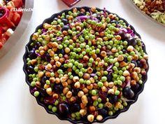 Sprød og lækker rød spidskålssalat med ristede hasselnødder og friske ærter. Opskriften er inspireret af Salattøsen.dk.
