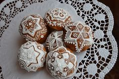 Kouličky podruhé Gingerbread Cookies, Christmas Cookies, Royal Icing, Biscotti, Cookie Decorating, Ornament, Xmas, Winter, Desserts
