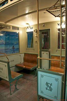 A l'occasion des Journées Européennes du Patrimoine, retour dans le passé avec la RATP et la découverte des anciens métros parisiens. Les bancs sont en bois en 2ème classe et en cuir en 1ère classe.
