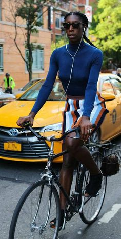 New York Fashion Week Street Style Cycle Chic: How Women Dress Bicycle Women, Bicycle Girl, Bike Photography, Female Cyclist, Urban Bike, Cycle Chic, Vogue Us, Bike Style, Urban Fashion
