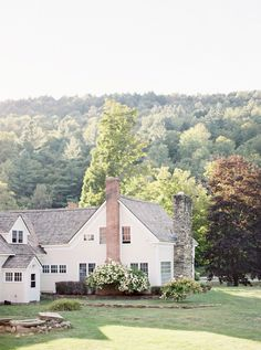 The perfect lake house exterior—swoon!