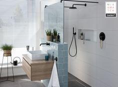 In deze moderne badkamer vind je koelte en warmte in één. Het houten badmeubel zorgt voor warmte en diepte. #badkamermeubel #landelijkebadkamer #kleinebadkamer #modernebadkamer #inloopdouche #regendouche
