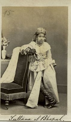 Sultana of Bhopal - - Old Indian Photos Royal Family Portrait, Family Portraits, Jaisalmer, Udaipur, Vintage India, Vintage Love, Vintage Photographs, Vintage Photos, Royal Fashion