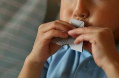 Un bout de papier, 2 minutes pour couper (même pas!) et au final un sifflet tout simple