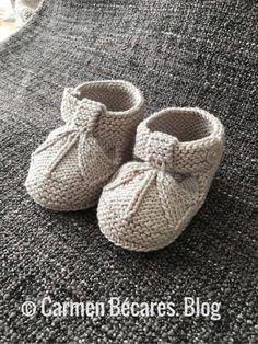 Sandalias de bebé tipo patucos a dos agujas | Manualidades Knit Baby Shoes, Baby Booties Knitting Pattern, Baby Boy Knitting Patterns, Knit Baby Booties, Knitting For Kids, Baby Bootees, Monkey Pattern, Baby Sandals, Baby Feet