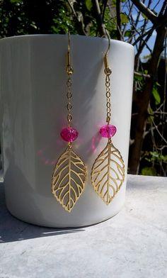 Lindissimos brincos em formato de folha vazada em metal folheado com bolinhas de cristais coloridos rosa pink, acessório muito delicado e feminino super na moda, O brinco é um acessório indispensável a toda mulher. Disponivel em outras cores