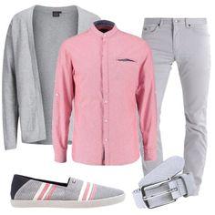 Outfit composto da camicia in una particolare tonalità di rosa con dettagli grigi, pantalone grigio, cardigan grigio chiaro, scarpe basse con sfondo grigio e righe bianche e rosa e cinta in pelle grigia.