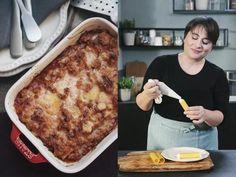 Ingredienti: 450 g di pasta per cannelloni, 350 g di passata di pomodoro, 300 g di ricotta, 250 g di mozzarella di bufala, 100 g di parmigiano, 60 g di vitello macinato, una cipolla, prezzemolo fresco, olio extravergine d'oliva,  sale e pepe.Preparazione: In una padella antiaderente versate l'olio e la cipolla tritata e fate rosolare. Aggiungete la carne macinata. Se serve aggiungete un altro filo d'olio. Unite la passata, salate, pepate e cuocete a fiamma dolce per almeno trenta minuti con…