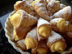 Conos de hojaldre rellenos de crema pastelera (sin lactosa) / Custard filled horns (lactose-free)