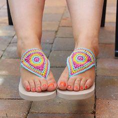 Bloom Flip Flops, free pattern using Scheepjes Bloom – Top Trends Crochet Shoes Pattern, Crochet Slippers, Crochet Patterns, Crochet Ideas, Crochet Projects, Crochet Flip Flops, Summer Slippers, Crochet Woman, Slipper Socks