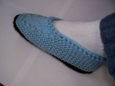 Knitted Moccasin Slippers FREE PATTERN ♥4300 FREE patterns to knit ♥ http://pinterest.com/DUTCHYLADY/share-the-best-free-patterns-to-knit/