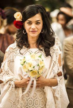 Casamento de Joia Rara têm vestido inspirado em ciganas