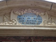 Haarlem - Het Hofje van Bakenes is te vinden aan de Bakenessergracht in het centrum van de stad, en is het oudste nog bestaande hofje in Haarlem. Deze cryptische spreuk geeft aan dat er kamers warenvoor 20 vrouwen: 8+(2x6), van een min. leeftijd van (8+2)x6 = 60. Foto: G.J. Koppenaal - 1/7/2016.