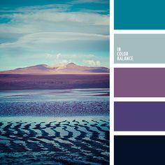 Оттенки баклажанового цвета очень гармонично сочетаются с пастельными оттенками голубого. Эта палитра холодных оттенков уместна при декоре спальни.