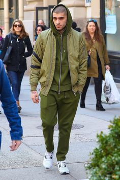 Are you into green-colored outerwears? If yes, try out the Zayn Malik Green Bomber Jacket! : Are you into green-colored outerwears? If yes, try out the Zayn Malik Green Bomber Jacket! Estilo Zayn Malik, Zayn Malik Style, Estilo Unisex, Monochrome Outfit, Green Bomber Jacket, Stylish Men, Swagg, Ideias Fashion, Fashion Ideas