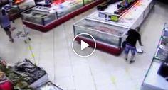 Peixe Salta De Aquário e Cai Dentro Do Cesto Das Compras Do Cliente De Um Supermercado