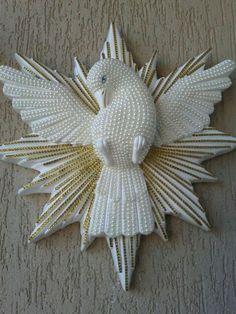 decoração parede - Divino Espírito Santo - DIY Christmas Diy, Christmas Wreaths, Christmas Ornaments, Decoupage, Diy And Crafts, Crafts For Kids, How To Make Snowflakes, Baptism Candle, Newspaper Crafts