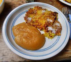 Kartoffelpuffer,Apfelmus: Kartoffeln,Zwiebel,Ei,Mehl,Salz,Öl (Kartoffel und Süßkartoffeln) Kartoffeln,Zwiebel schälen ,reiben mit Ei,Mehl,Salz bermengen inÖl ausbacken