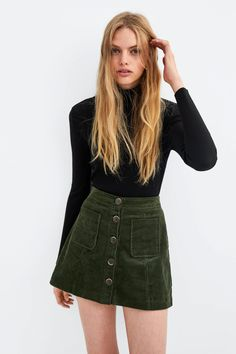 casual fall outfit ideas with long sleeve t shirt and skirt 38 Mini Skirt Outfit Winter, Green Skirt Outfits, Casual Dress Outfits, Summer Dress Outfits, Winter Outfits, Cool Outfits, Zara Outfit, Green Mini Skirt, Corduroy Skirt