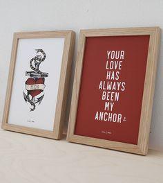 """Mors dag sættet med to A5 (14,8 x 21 cm)plakater i egetræsrammer.   Mors dag sættet: Tattoo """"Mor"""" plakatCitat """"My Anchor""""plakat + Lys egetræsramme + 1 stk. Hjemhavn bomuldspose Pris kun 249,-   Papir: 170 gr. mat kvalitetspapir Leveringtid ca. 3-4 dage.   NB: Farverne kan variere en lille smule, fra det du ser på skærmen til den trykte plakat. Alle plakaterne sælges uden ramme, men passer til standardrammer."""