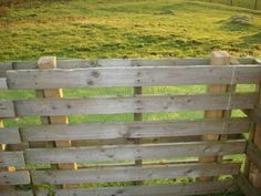 Easy DIY Fences How to Build a Fence Pallet slipped over fence posts for quick fencing. Great for a fast patio fence or even dog containment. The post Easy DIY Fences How to Build a Fence appeared first on Pallet Diy. Building A Fence, Building A Chicken Coop, Building Homes, Outdoor Projects, Pallet Projects, Pallet Ideas, Woodworking Projects, Pallet Designs, Diy Fence