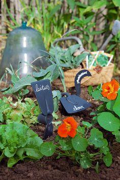 Des outils de jardin en guise d'étiquette - Marie Claire Marie Claire, Sweet Home, Yard, Gardens, Garden Tools, Garden Landscaping, Patio, House Beautiful, Courtyards