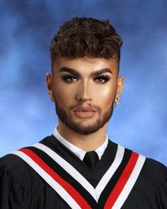 High school senior and makeup extraordinaire Kevin Kodra just posted the most perfect, mesmerizing yearbook photo we ever did see! The soon-to-be-graduate apparently woke up at 4 AM to do his picture day makeup and he looks amazing. Picture Day Makeup, Senior Picture Makeup, Photo Makeup, School Picture Makeup, High School Makeup, Yearbook Photos, Senior Photos, Senior Portraits, Hooded Eye Makeup