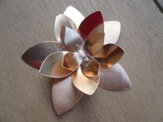 Juste une déco qui agrémentera un jour une boîte, un cadre.... Le perfo poinsettia et le papier cuivre font une merveille ensemble.