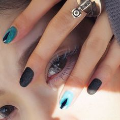 猫目ネイルになった!黒いとこはもこもこベルベットマツエクは青緑と水色を散らしてもらった✨ @inthink_me さんにて!まぶしくてなみだ出た #キテレツネイル #nailart #cateyenails #マツエク