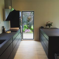 Samantyylinen ikkuna/ovi kuin tulevassa talossa.  Mano Sera kjøkken fra Kvik