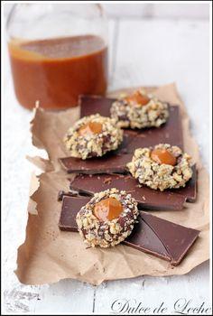 Čokoládovo karamelové koláčiky 1 šálka hladkej múky 1/3 šálky kakaa 1/4 ČL soli 125 g masla 2/3 šálky cukru 1 vajce 2 PL mlieka 1 ČL vanilkového extraktu 1 1/4 šálky posekaných orechov skaramelizované salko (dulce de leche )