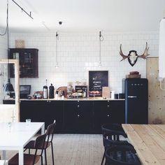 Black Smeg Carreaux blanc métro parisien, sol et plan de travail en chêne blanchi et cuisine en bois foncé Home Design Decor, Küchen Design, House Design, Interior Design, Home Decor, Interior Ideas, Modern Interior, Kitchen Interior, New Kitchen