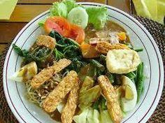 GADO GADO (salade balinaise) •250 g de germes de soja •250 g de chou chinois haché •3 carottes râpées •2 oignons finement hachés •3 piments frais (facultatif) coupés en petites lamelles •1 carré de tofu coupé en cubes