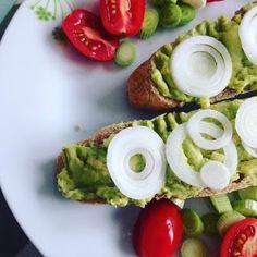 EAT TRAVEL LIVE LOVE: Avokádová nátierka   Suroviny: 1/2 avokáda1 strúč... Live Love, Avocado Toast, Eat, Breakfast, Travel, Food, Morning Coffee, Viajes, Essen
