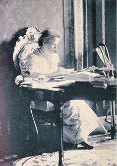 """Maria s-ar fi apropiat de masa de scris tot după exemplul Reginei Elisabeta. Moştenirea lăsată de cele două regine e impresionantă : Elisabeta (Carmen Sylva), 1.000 de poezii, 90 de nuvele, 30 de opere dramatice, patru romane şi sute de traduceri ; Maria, 30 de volume de povestiri pentru copii, poezii şi proză, inclusiv memorii. Aici, Elisabeta (Carmen Sylva), Hotel Danieli, 1891 (exilul de 2 ani, dupa """"afacerea Văcărescu"""" )."""