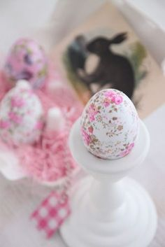 Decoupage Easter egg: pretty papers + decoupage I am betting. Instructions in another language.