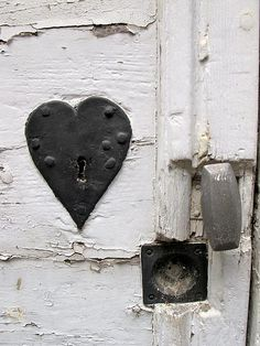 heart lock to make you smile on the office door via Kerens-Hauwert I Love Heart, With All My Heart, Key To My Heart, Happy Heart, Heart In Nature, Heart Art, Gazebos, Knobs And Knockers, Old Doors